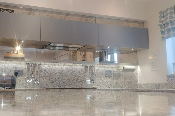 Image of the Nordic Oak and Coastal Blue handleless kitchen design featuring the overhead kitchen units.